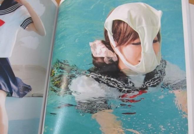 Ein Buch voller Mädchen in Schuluniformen mit Unterhosen